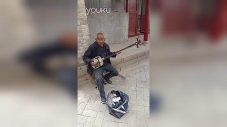 陕北佳县2015白云山庙会上的弹三弦乞讨老者01