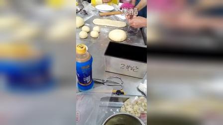 做豆沙面包和红豆土司