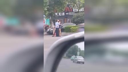 网曝河南汝州两名与女子街头调情