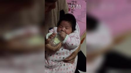宝宝一个月会用手拿奶瓶喝奶