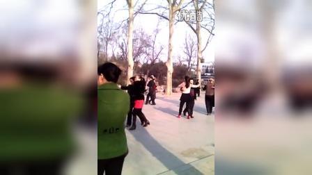 邯郸丛台公园老头和美女跳舞