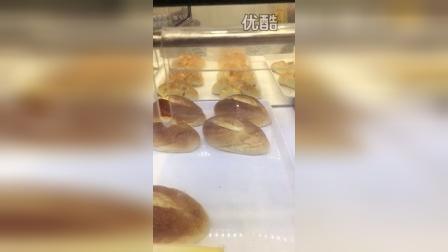 卫生堪忧啊,面包界的星巴克,奥克斯店面包新语居然如此!