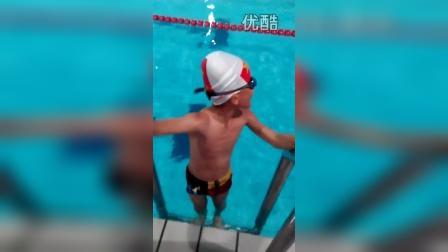 张昊霖在三毛游泳1
