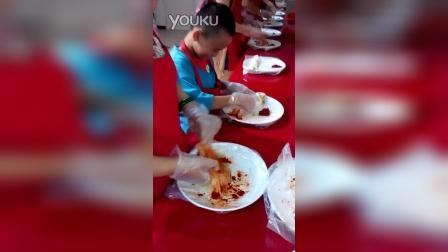 张昊霖和妈妈做泡菜
