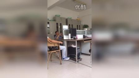 陕西省安康市汉滨区分局队上班干警的视频玩手机腿翘办公桌上面