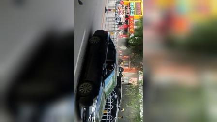 北票市繁华街道轿车行驶途中自燃