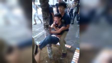 八步小孩磨树 爆笑视频 1