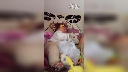 2015.4.15 宝宝吃磨牙饼干 爸爸看电视