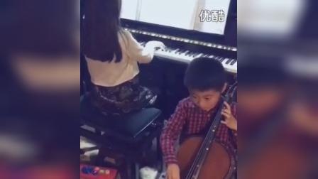 姐姐带着小家伙一起愉快的玩音乐