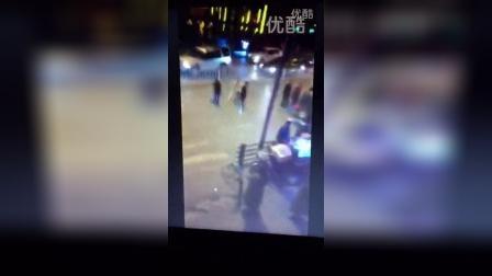 监控实拍黑社会持砍刀打架斗殴