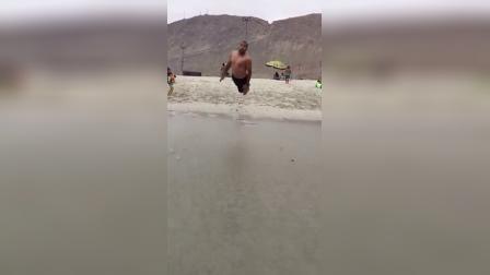 【发现最热视频】本想帅气的拍水,没想到退潮了