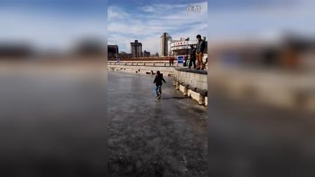 张昊霖冰上骑独轮车转魔方13