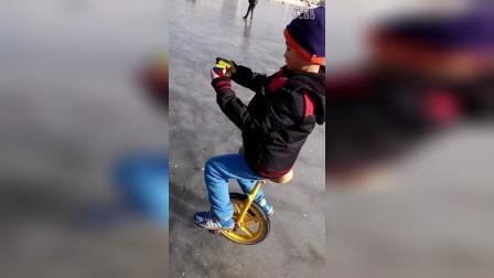 张昊霖海河冰上骑独轮车转魔方10