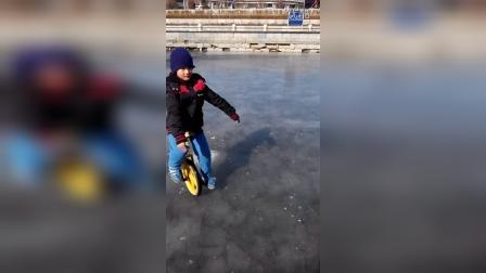 张昊霖冰上骑独轮车转魔方12