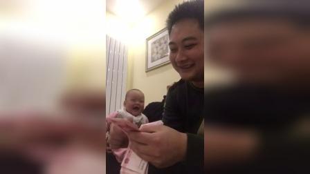 这笑声太魔性!宝宝看到粑粑吐口水数钱笑崩了