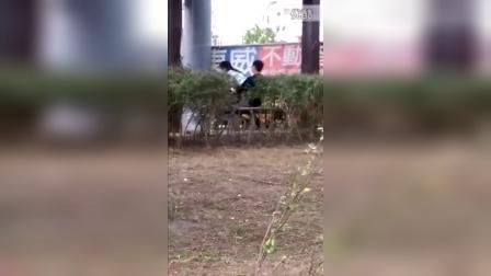 实拍情侣公共场所野战被偷拍曝光