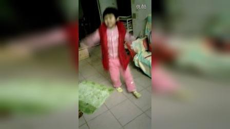 4岁的小宝宝跳舞