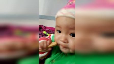 长和儿子第一次认真的吃磨牙棒饼干