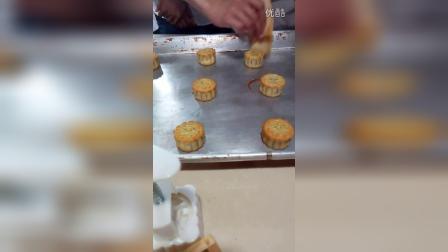 《广式月饼》蛋黄液刷法
