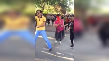 销魂大叔砸广场舞大妈场子了!