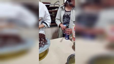 《黑森林蛋糕》切块操作