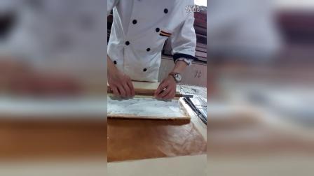 《戚风蛋糕卷》整形操作【一】