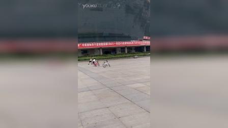 9岁3个月  康辉和他人轮滑比赛(哥不是传说 不要迷恋哥)