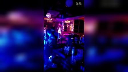 ICE KING在西藏昌都本色酒吧20160615VS女歌手-爱你说谎的方式