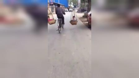 高手在民间 骑自行车肩挑2小孩(请勿模仿)