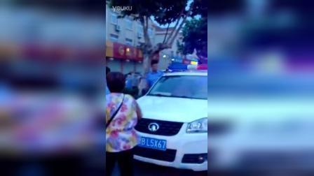 山东青岛即墨城管暴力执法,城管队员拔刀执法