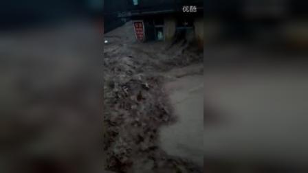 超过河道到岸乱撞的洪水