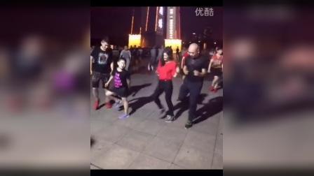 实拍一家人跳广场舞 酷似黑旋风