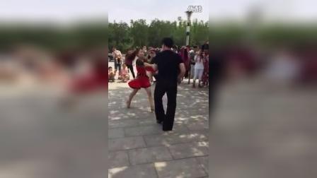 东北美女白天在广场跳中国拉丁舞 引围观