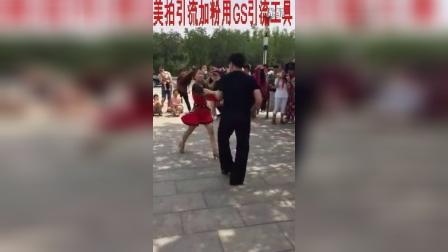 东北美女在广场跳中国式拉丁舞劲爆视频