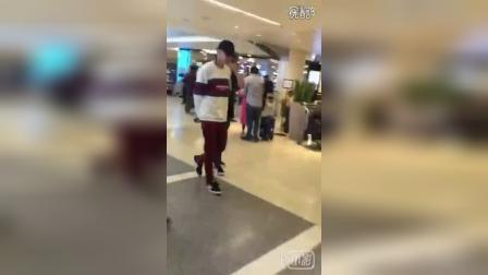 161014【吴亦凡】洛杉矶机场送机 饭拍视频