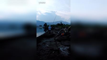 海边钓鱼,风景很美
