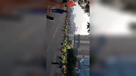 首届宝安马拉松赛今早鸣枪开跑-现场拍摄