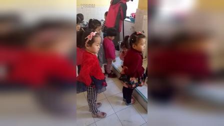 平遥县智绘树幼儿园孩子们有序上厕所