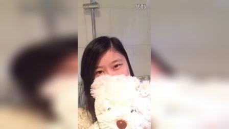 美女抱着小熊自嗨,胆小误看!