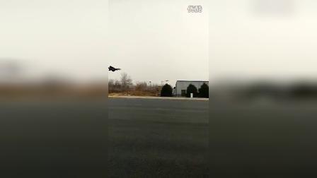 新款双动力F22首飞降落