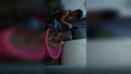 YOUKU_20170101_三岁哥哥给一岁弟弟洗澡