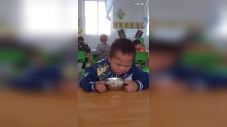 这个幼儿园小朋友吃着饭就睡着了,睡觉的最高境界啊!哈哈