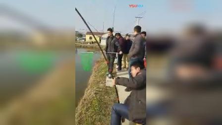 钓鱼碰到88斤的大鱼, 四次抄鱼才把鱼搞上岸!