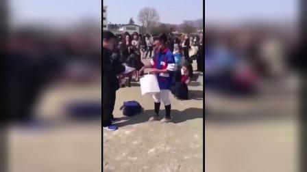 日本一初中的毕业典礼,一个女生喊住一个男生,送给他纪念品。