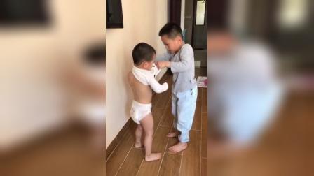 大宝为小宝穿裤子