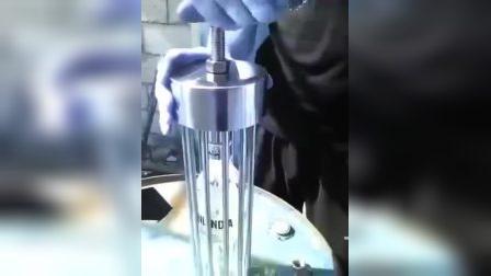 为积极响应俄罗斯禁酒令,伏特加酒厂生产了这种酒瓶