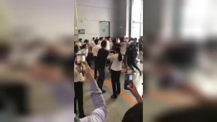 突发 重庆2018年汽车展马自达两展商员工群架互殴!场面失控!