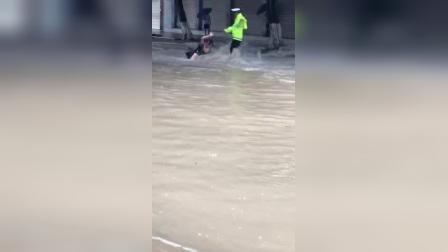 美女差点被大水冲跑了