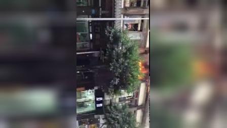 街边餐馆突发大火 熊熊大火从窗口窜出