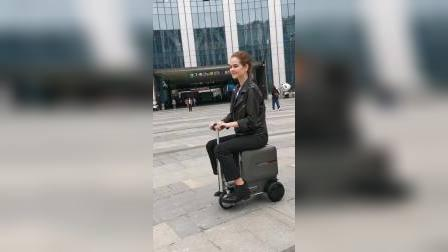上海街拍小姐姐骑爱尔威智能骑行行李箱airwheel se3